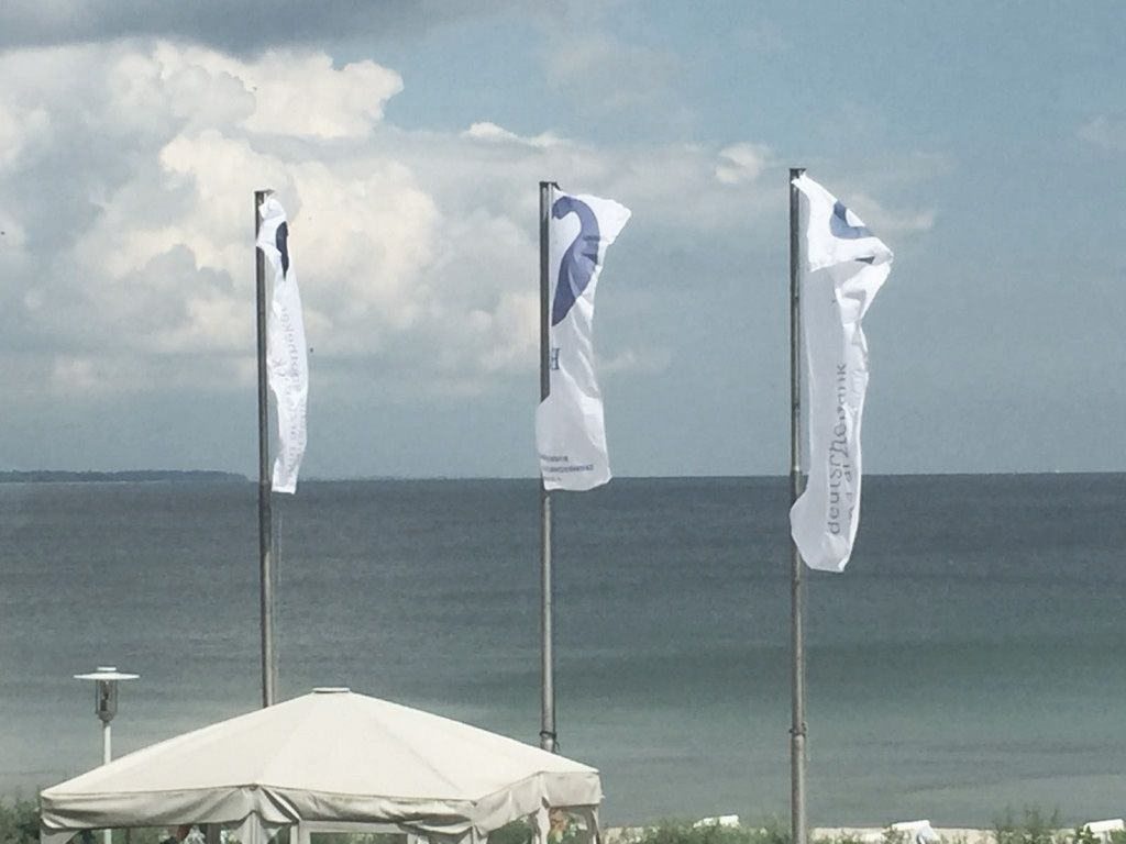 Dental-Events 2019: Beim Dental Summer am Timmendorfer Strand wehen die Fahnen am Wind.
