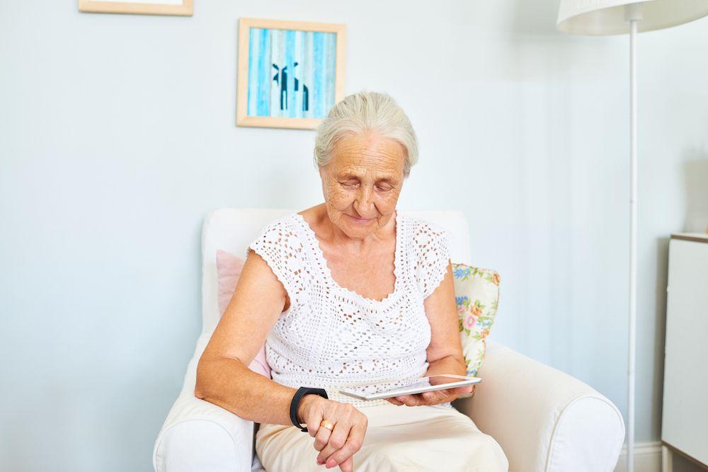 Von Schrittzähler zu Parkinson- und Diabetes-Tracker: Die MedTech-Industrie hat Wearables für sich entdeckt. © istock.com/mediaphotos