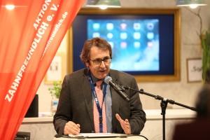 Prof. Stefan Zimmer, 1. Vorsitzender der Aktion Zahnfreundlich e.V., präsentierte die Schulungs-App am BZÄK-Stand der IDS