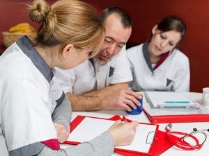 """""""Pflegende coachen Pflegende"""" heißt das Coachingprogramm der Uni Regensburg für Pflegekräfte. Foto: Miriam Dörr/Fotolia"""
