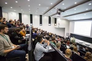 Gebannt folgen zahlreiche Teilnehmer der Nachwuchsmesse Operation Karriere den Vorträgen.