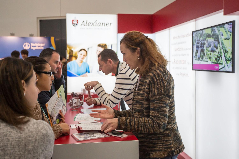 Kontakte knüpfen können die Aussteller zu den jungen Medizinern