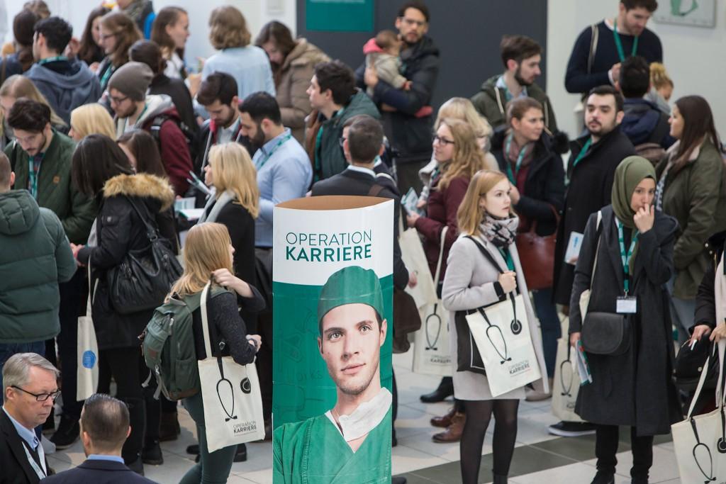 In Berlin strömten mehr als 400 Besucher zur Nachwuchsmesse Operation Karriere für angehende und junge Ärzte.