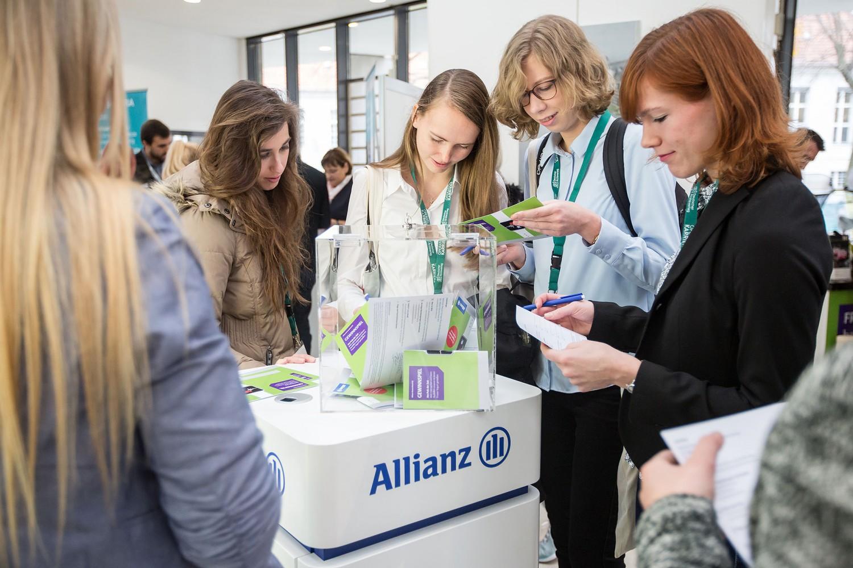 Die Teilnehmer informieren sich im begleitenden Programmheft