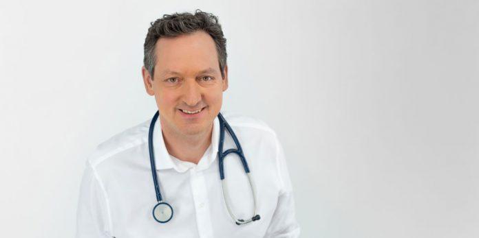 Dr. Eckart von Hirschhausen in Arztkittel