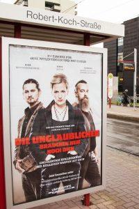 Die Plakate hängen an Bushaltestellen in der Innenstadt von Freiburg.