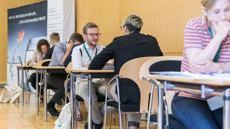 Persönlicher Austausch mit Medizinstudenten und angehenden Ärzten beim Karriere-Kongress Operation Karriere in München, © Klaus D. Wolf