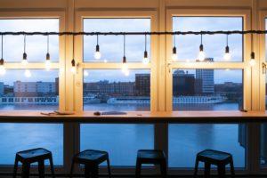 Die Digitalagentur cyperfection in Ludwigshafen sitzt in einer komplett sanierten, historischen Werfthalle mit Blick auf den Rhein. © Anne Mück