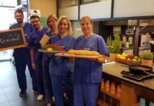 Das Ev. Krankenhaus Mettmann organisert einen Kochabend, um Pflegekräfte zu gewinnen.