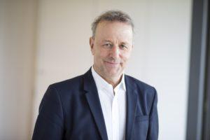 Bernd Schunk ist seit xy Jahren Chefredakteur des neu gestalteten DENTAL MAGAZINs, das vom Deutschen Ärzteverlag herausgegeben wird. © EYECATCHME Photography