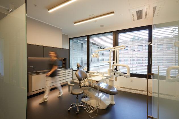 Die neue Zahnarztpraxis der Zukunft (ZPdZ) in Düsseldorf setzt auf voll digitalisierte Praxisabläufe und eine moderne Praxisausstattung. © Björn Giesbrecht