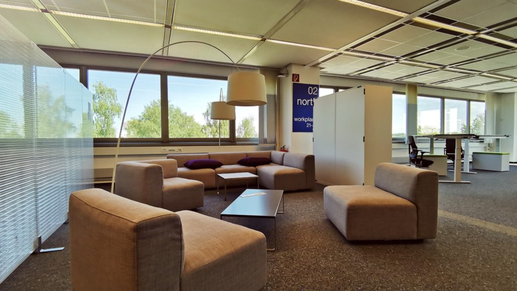 Im Gebäude D162 in Leverkusen experimentiert Bayer seit August 2020 mit einem neuartigen Arbeitsumfeld. Die Bürofläche ist u.a. durch seine wechselnde Möblierung so gestaltet, dass dort Interaktion, Zusammenarbeit und informeller sozialer Austausch der Beschäftigten gefördert werden sollen. © Bayer AG