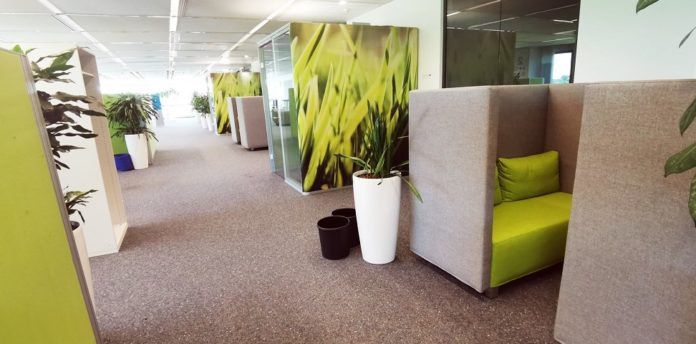 Gebäude D162 – so heißt der neu geschaffene Experimentierraum für rund 100 Bayer-Mitarbeitende. Das Leverkusener Pharmaunternehmen experimentiert mit modernen Bürokonzepten und flexiblen Arbeitsmodellen, die nach Corona Bestand haben sollen. © Bayer AG