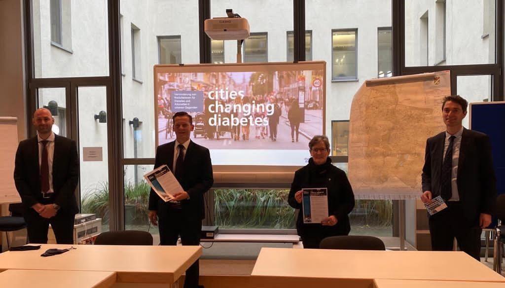 Alexander Stumm (links im Bild), Projekt-Manager Cities Changing Diabetes, bei der Vertragsunterzeichnung mit der ersten deutschen CCD-Partnerstadt, Berlin-Marzahn-Hellersdorf. © Privat